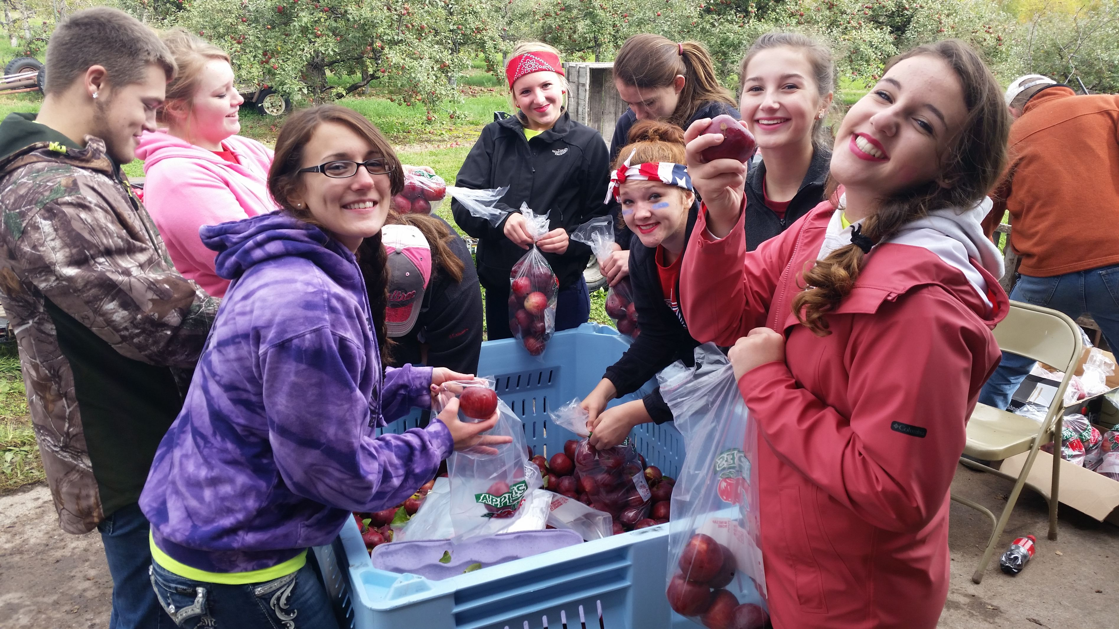 b_3790_2132_16777215_00_images_articles_cocurriculars_ffa_apples.jpg